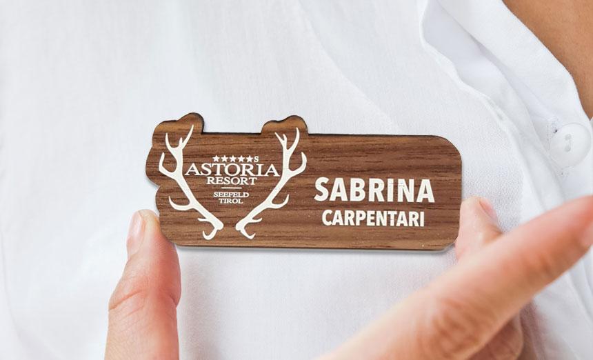 Namenskärtchen auf Holzfurnier für Hotel
